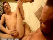 video-paren-razdevaet-devushki-seks
